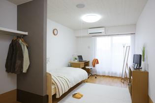備え付けのクローゼットもあり、一人でゆったりと過ごせる居室