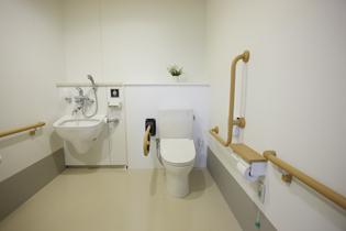 手すりも完備されており安心できる車椅子対応トイレ